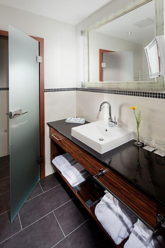 hotelbad aus profihand. Black Bedroom Furniture Sets. Home Design Ideas